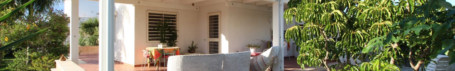 Bari – Santo Spirito , Rifinita villa con ampio giardino e box auto